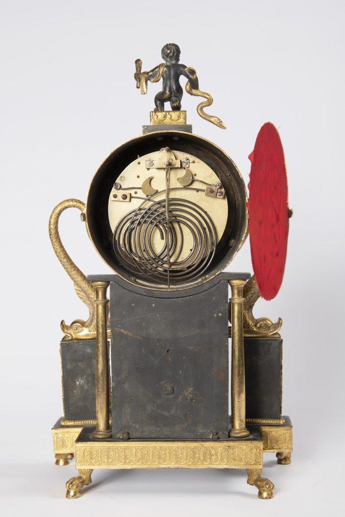 A VIENNESE EMPIRE TABLE CLOCK Ca. 1820 Austria Vídeò Gilt bronze 34 x 20 x 10 cm The elegant clock - Image 2 of 2