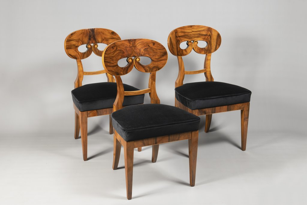 A SUITE OF THREE BIEDERMEIER CHAIRS 1820 - 1830 Central Europe Walnut and maple 91 x 50 x 47 cm This