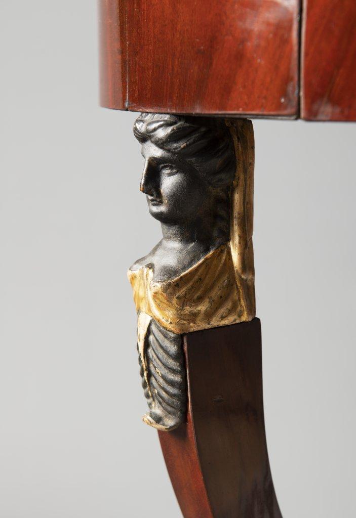 AN EMPIRE SIDE TABLE Ca. 1810 Austria Vídeò Mahogany, gilt bronze 76 cm, ?53 cm This elegant - Image 2 of 3