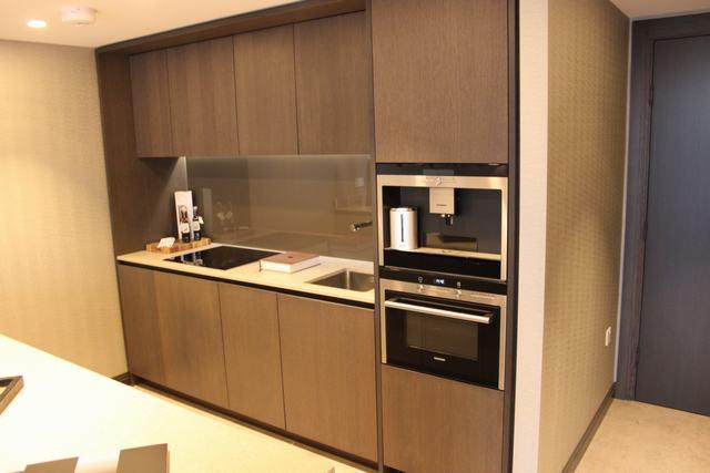 Kitchen base cabinets without toe kick