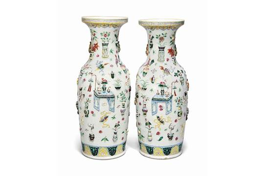 A Pair Of Large Famille Rose Moulded Hundred Antiques Vases 19th