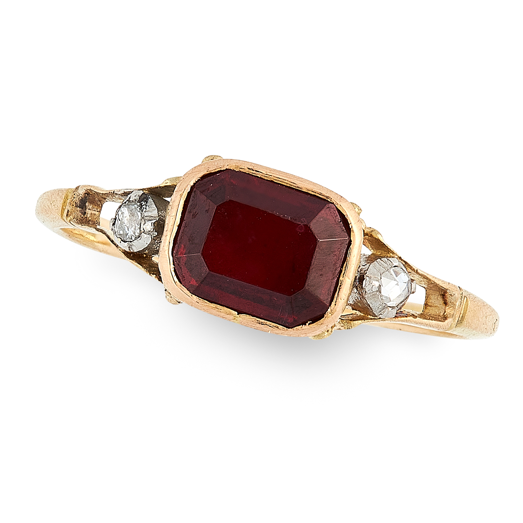 AN ANTIQUE GEORGIAN GARNET AND DIAMOND RING, EARLY 19TH CENTURY in high carat yellow gold, set