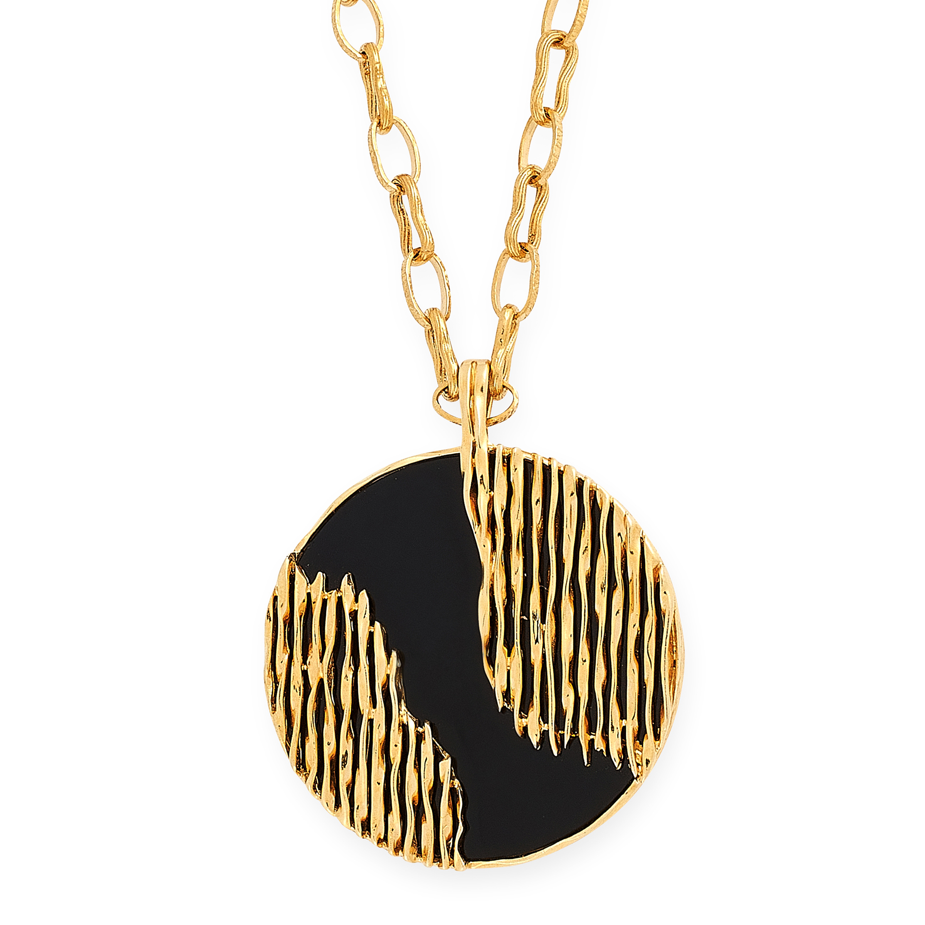 A VINTAGE ONYX PENDANT AND CHAIN, KUTCHINSKY 1972 in 18ct yellow gold, the pendant designed as a