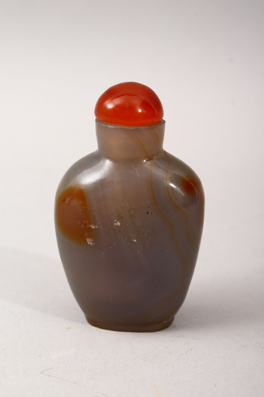 A GOOD 29TH CENTURY CHINESE CARVED AGATE SNUFF BOTTLE, with hardstone topper and wooden spoon, 6cm x - Image 2 of 3