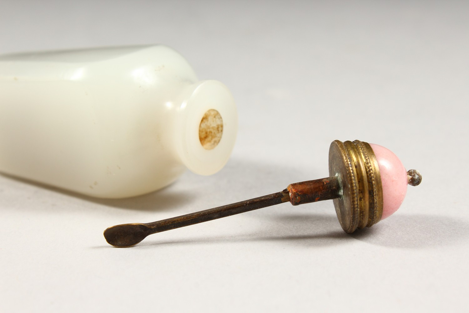 A GOOD CHINESE WHITE JADE / HARD STONE SNUFF BOTTLE, with a pink hard stone stopper and metal spoon, - Image 6 of 9