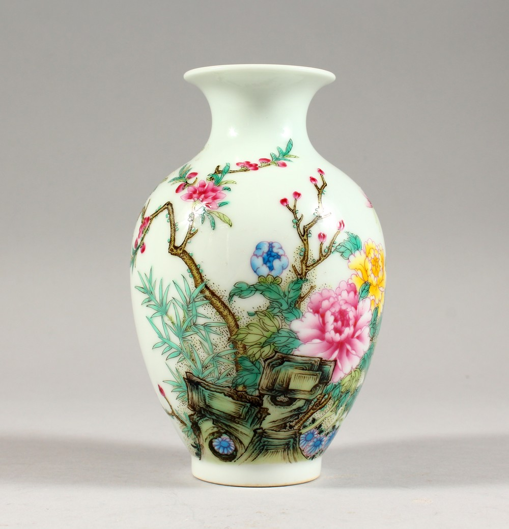 A GOOD CHINESE REPUBLIC STYLE FAMILLE ROSE PORCELAIN VASE, the body decorated with scenes of birds