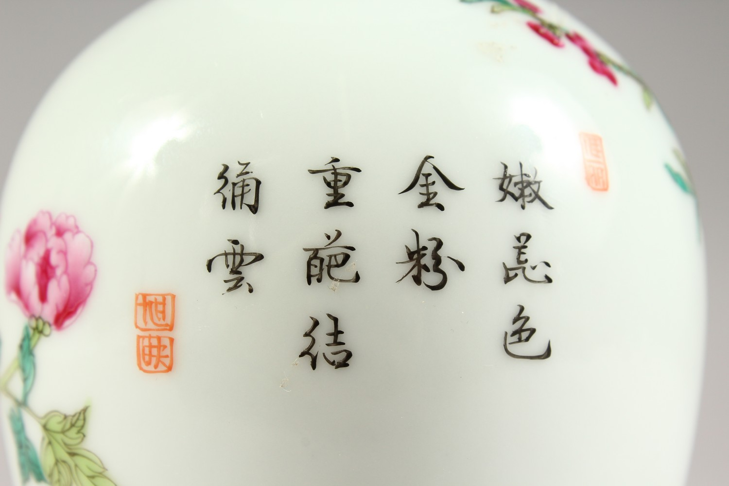 A GOOD CHINESE REPUBLIC STYLE FAMILLE ROSE PORCELAIN VASE, the body decorated with scenes of birds - Image 5 of 8