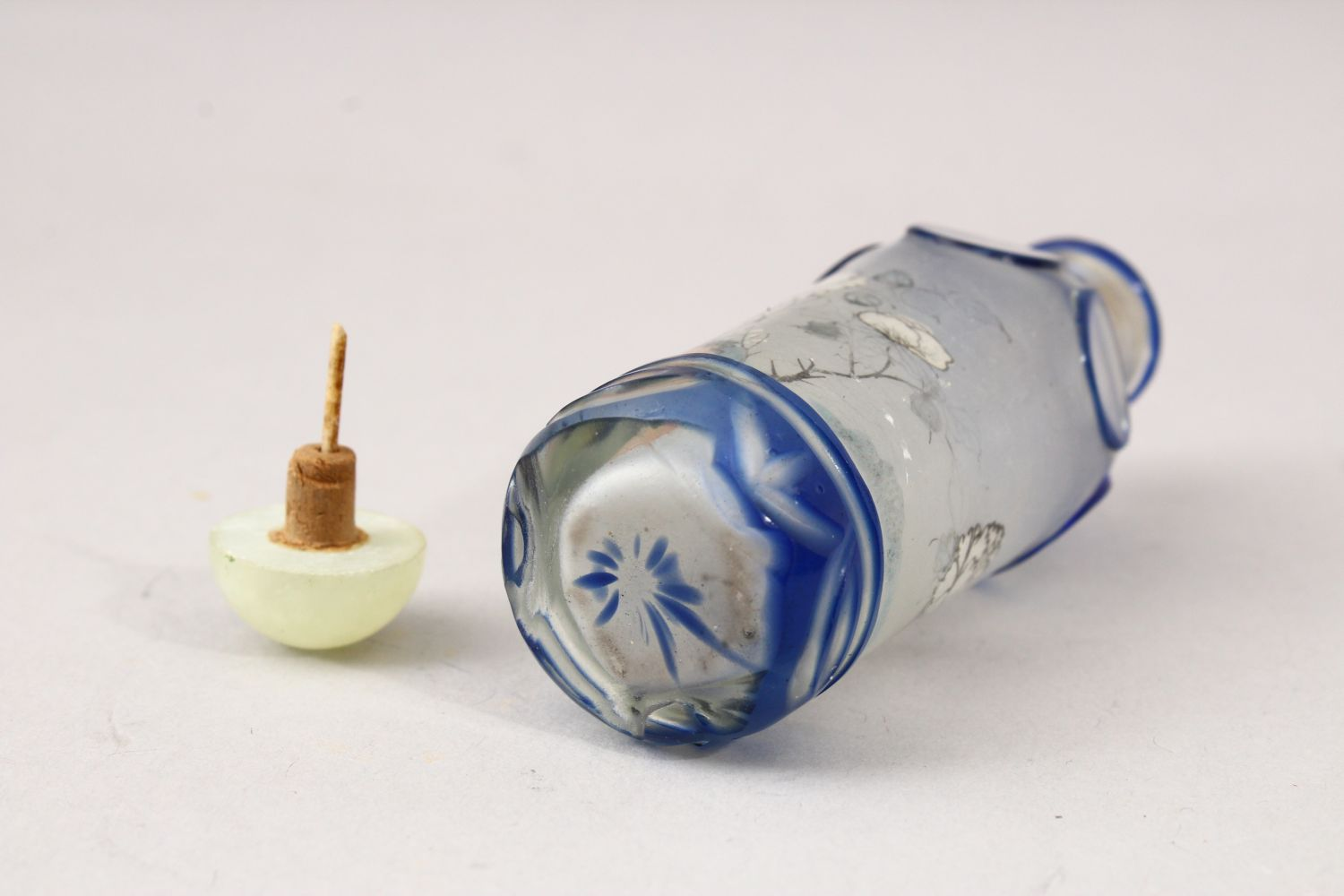 A GOOD 19TH / 20TH CENTURY CHINESE REVERSE PAINTED GLASS & OVERLAY SNUFF BOTTLE, - Image 5 of 5