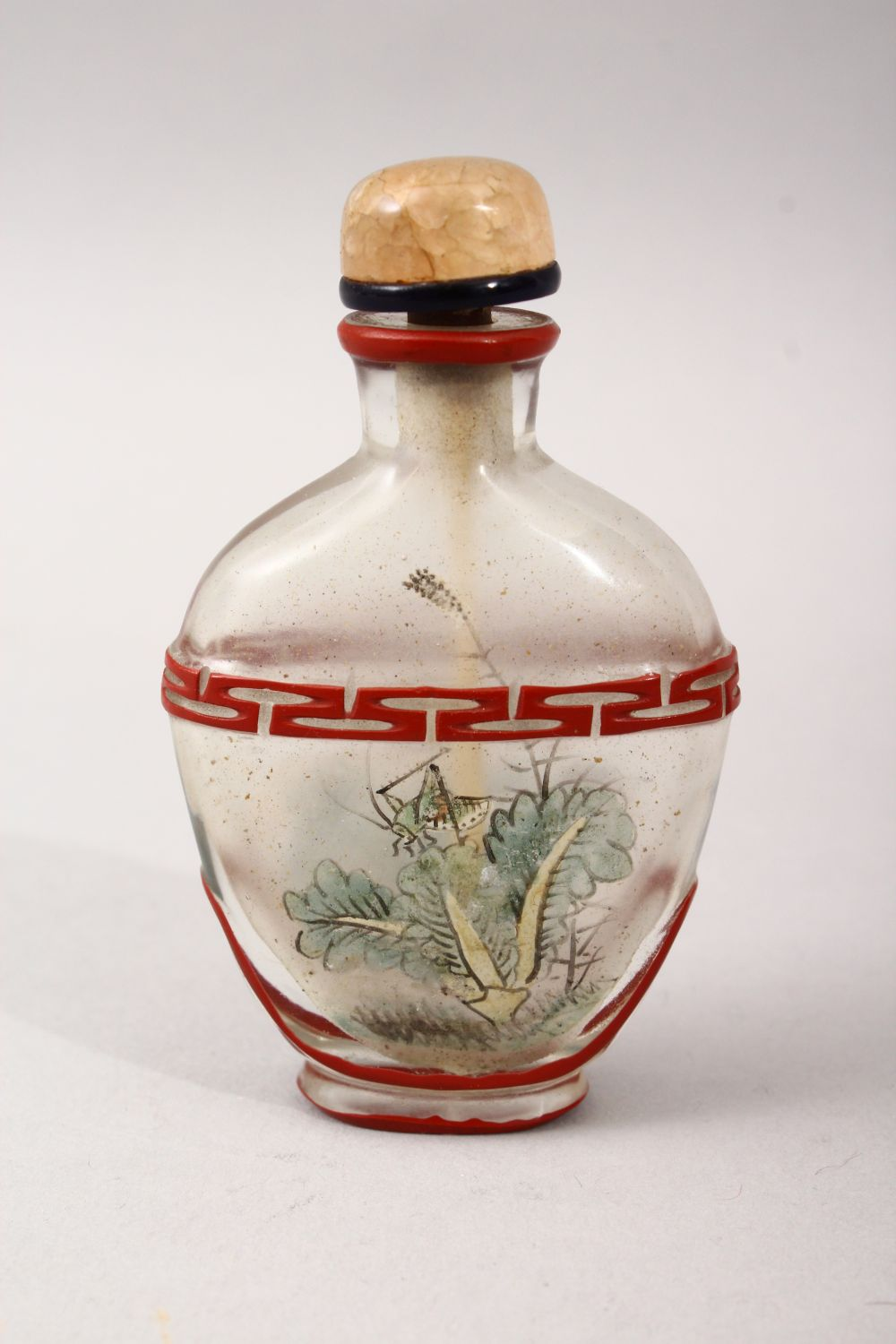 A GOOD 19TH / 20TH CENTURY CHINESE REVERSE PAINTED GLASS & OVERLAY SNUFF BOTTLE, depicting a - Image 2 of 3