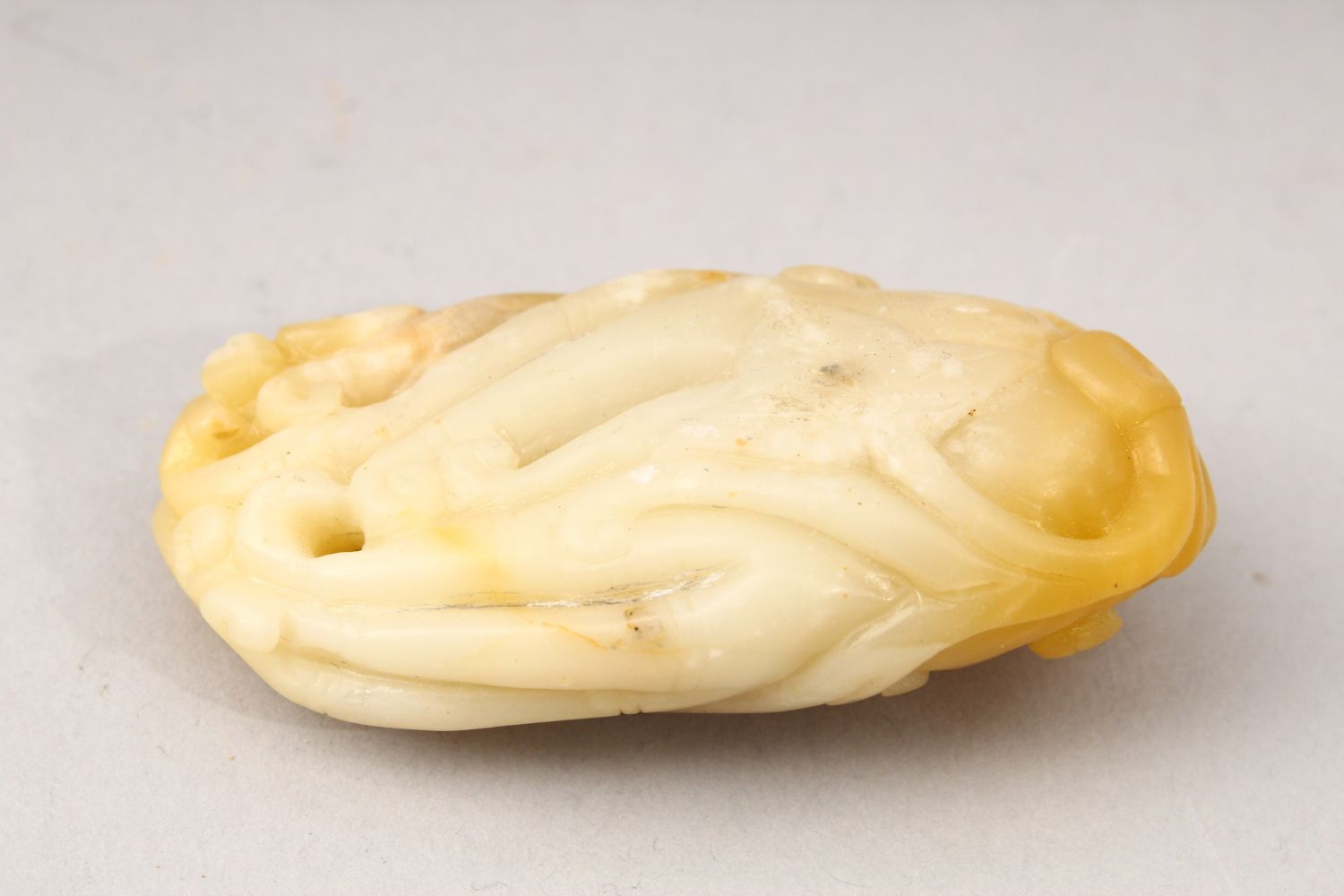 A GOOD 19TH / 20TH CENTURY CHINESE CARVED JADE FIGURE OF A MONKEY, carved with a monkey upon a - Image 3 of 4