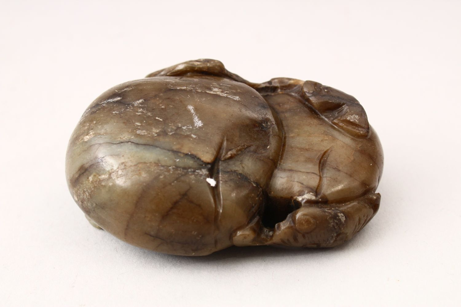 A GOOD 19TH / 20TH CENTURY CHINESE CARVED JADE PEBBLE OF BATS & FRUIT, carved to depict two bats - Image 2 of 3