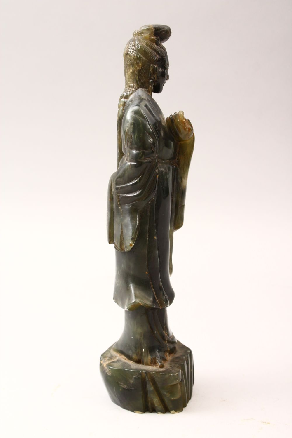 A 20TH CENTURY CHINESE CARVED JADE FIGURE OF GUANYIN, stood upon a stylized stump base holding a - Image 2 of 4