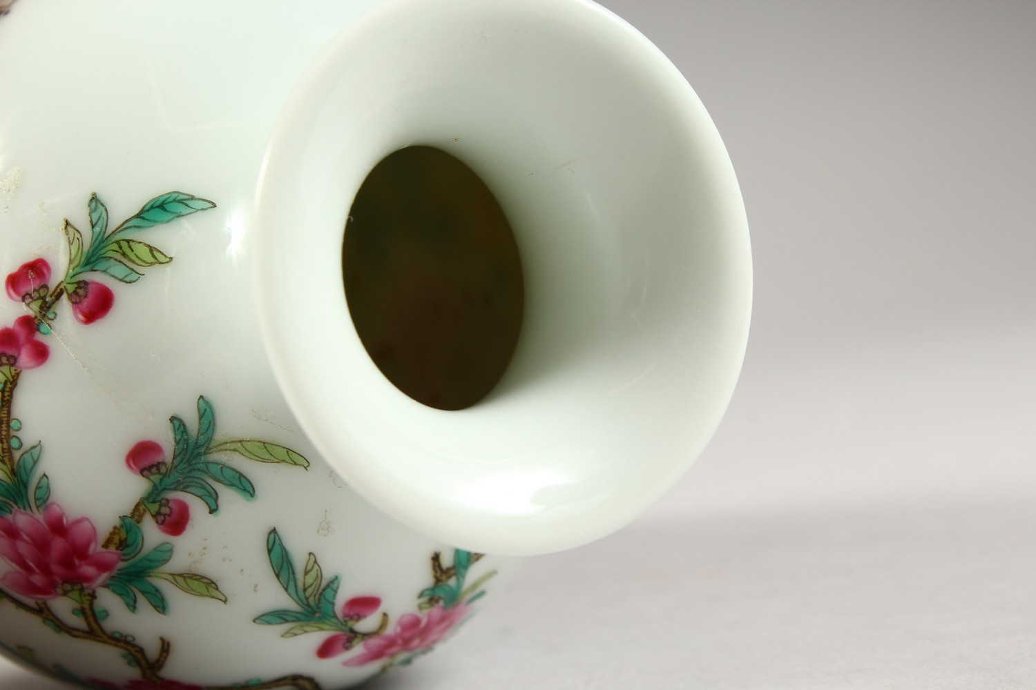 A GOOD CHINESE REPUBLIC STYLE FAMILLE ROSE PORCELAIN VASE, the body decorated with scenes of birds - Image 7 of 8