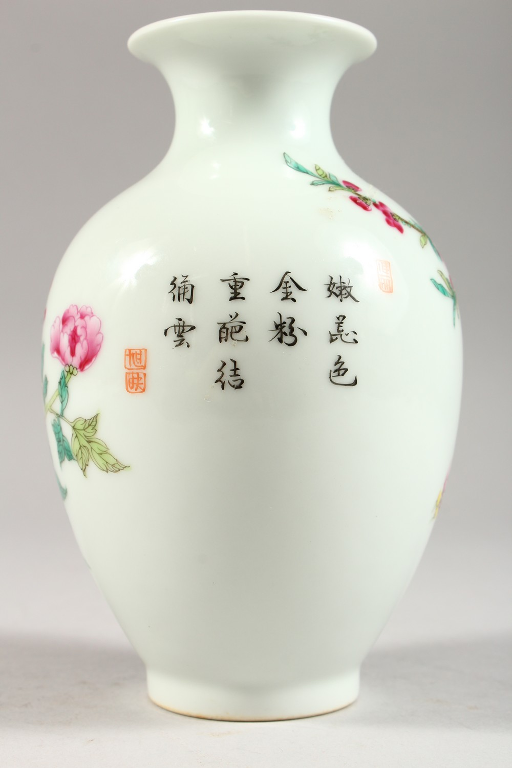 A GOOD CHINESE REPUBLIC STYLE FAMILLE ROSE PORCELAIN VASE, the body decorated with scenes of birds - Image 4 of 8