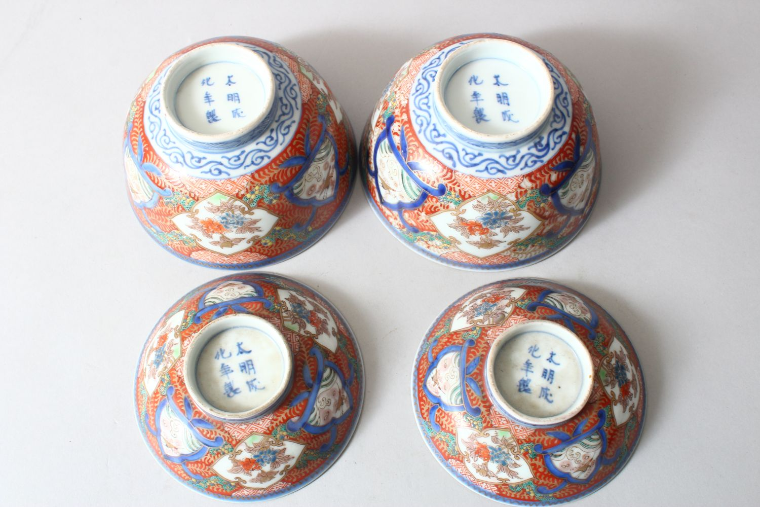 A PAIR OF JAPANESE MEIJI PERIOD IMARI PORCELAIN BOWLS AND COVERS, painted with alternating panels of - Image 2 of 4