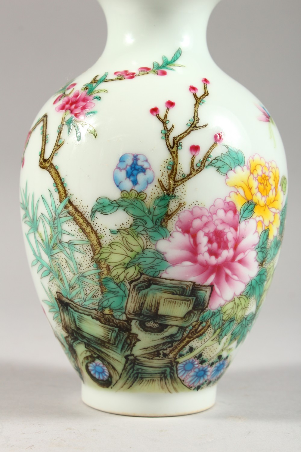 A GOOD CHINESE REPUBLIC STYLE FAMILLE ROSE PORCELAIN VASE, the body decorated with scenes of birds - Image 2 of 8