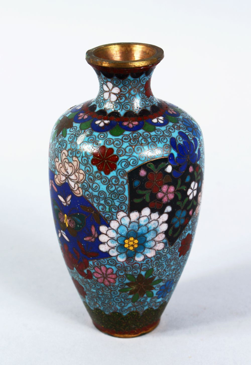 A SMALL JAPANESE MEIJI PERIOD CLOISONNE VASE, the vase with a turquoise ground with decoration