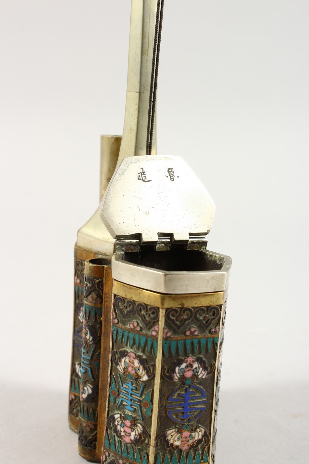 A GOOD 19TH / 20TH CENTURY CHINESE CLOISOINNE SMOKING PIPE, the side with decoration depicting - Image 8 of 9