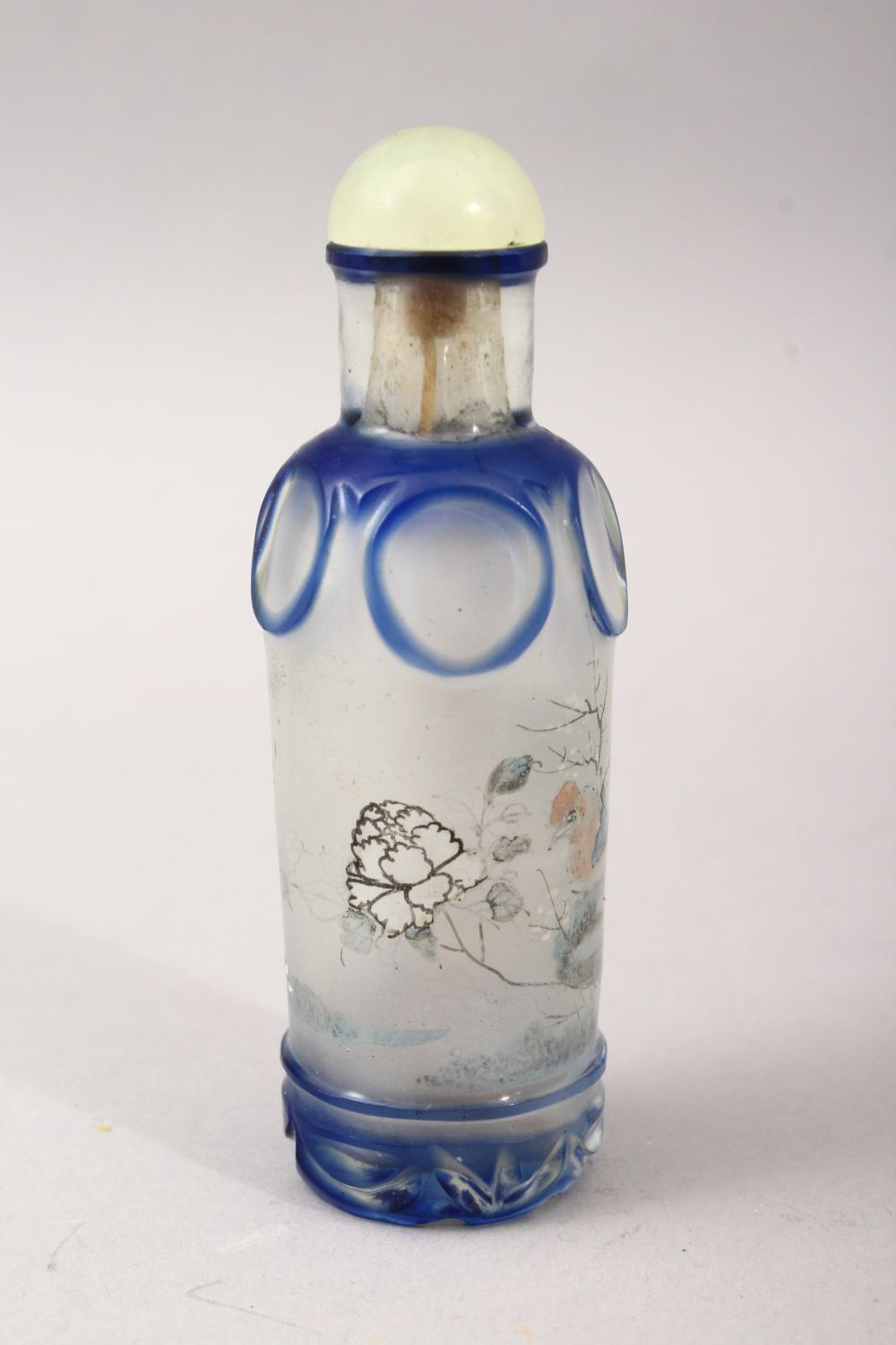 A GOOD 19TH / 20TH CENTURY CHINESE REVERSE PAINTED GLASS & OVERLAY SNUFF BOTTLE, - Image 3 of 5