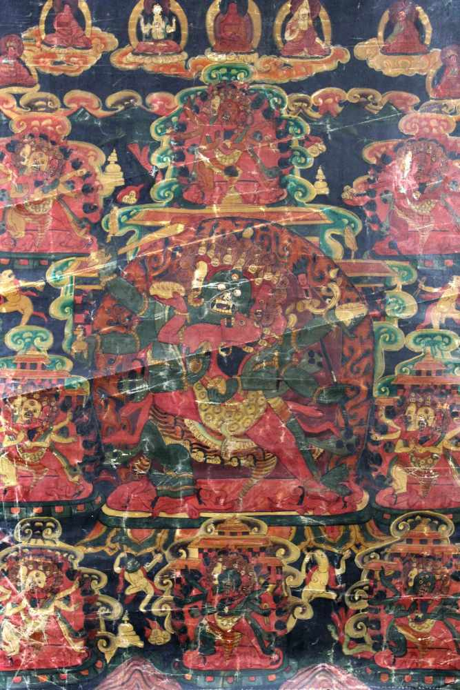 Lot 21 - 6 - armiger Mahakala Thangka, China / Tibet alt.70 cm x 52 cm. Gemälde. Auf einem roten Thron