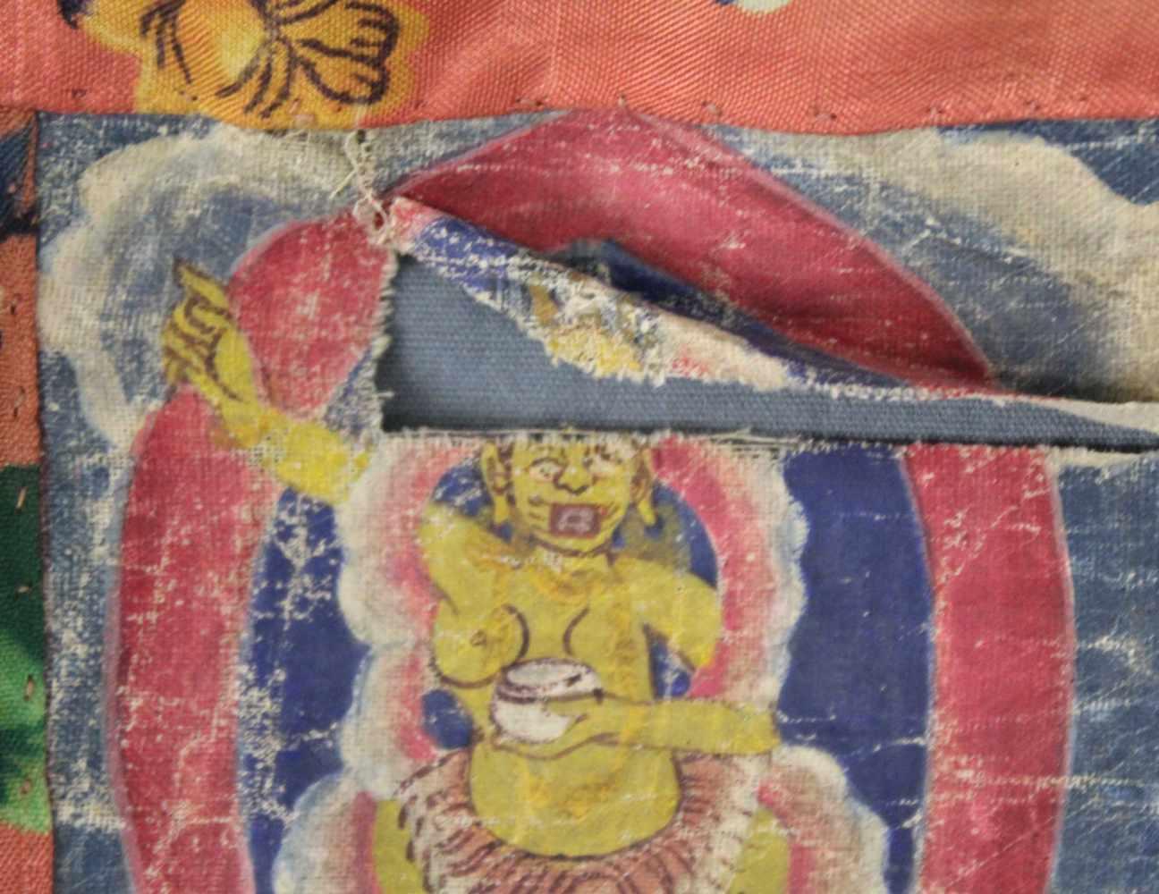 Lot 1 - Thangka, China / Tibet alt. Lamaistische Schutzgottheit vor Flammenaureole.70 cm x 54 cm ohne