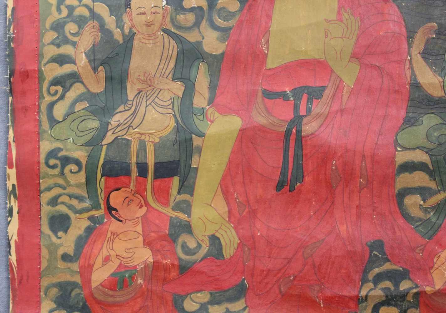 Lot 57 - Buddha, Thangka, China / Tibet alt. ''Abstieg aus dem Himmel''.69 cm x 42 cm. Gemälde. Auf Wolken
