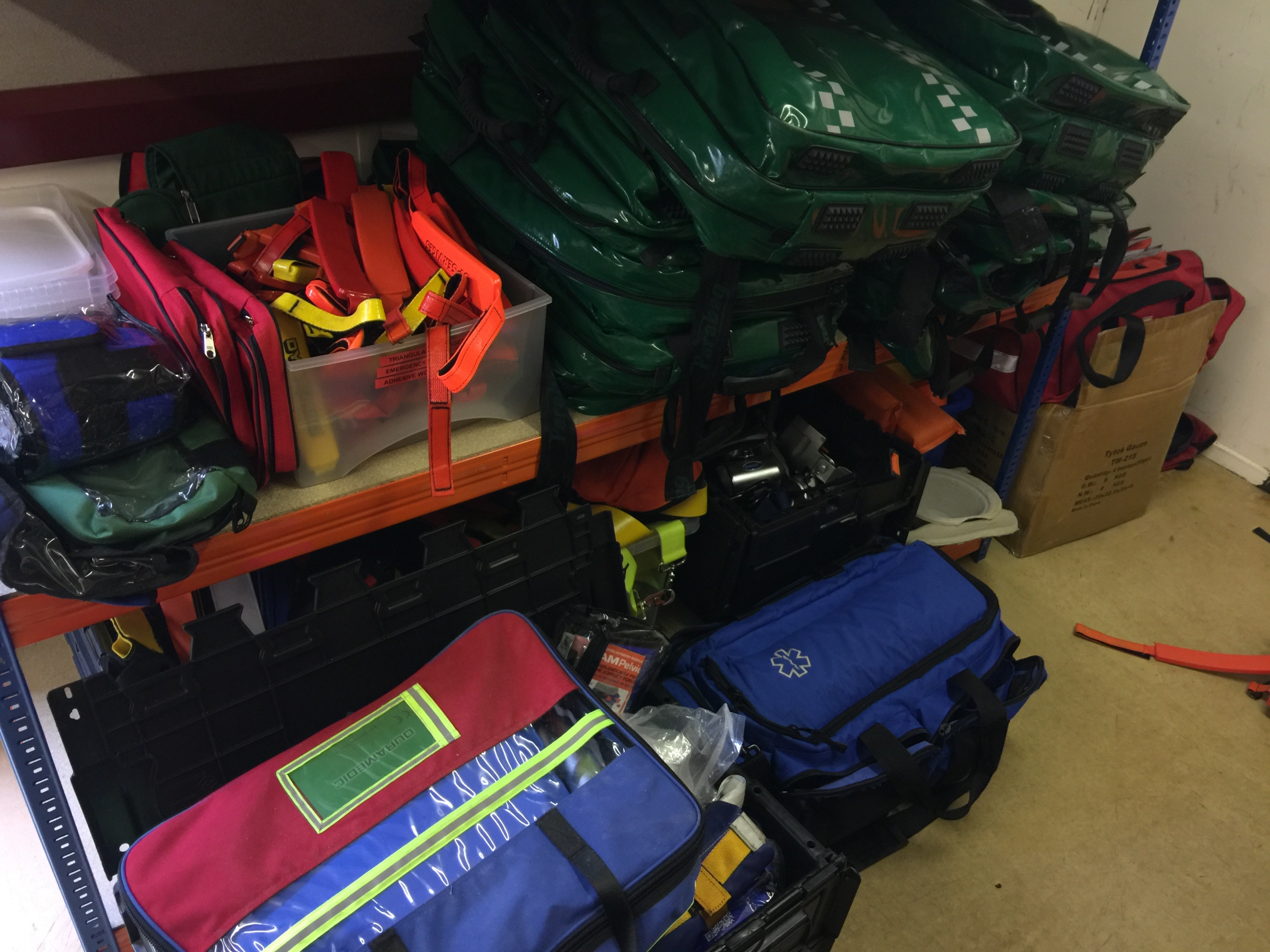 Lot 29 - Contents to single bay rack mainly assorted Paramedic, Oxygen, Entonox and medical bags (rack not