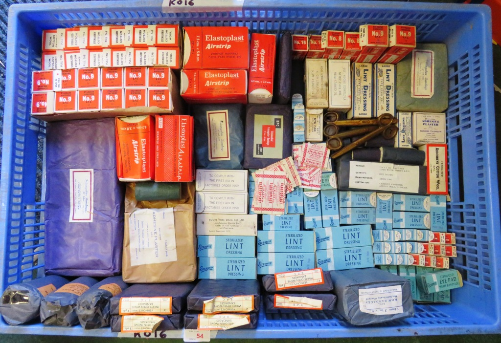 Lot 54 - TRAY OF VINTAGE FIRST AID AND MEDICAL ITEMS