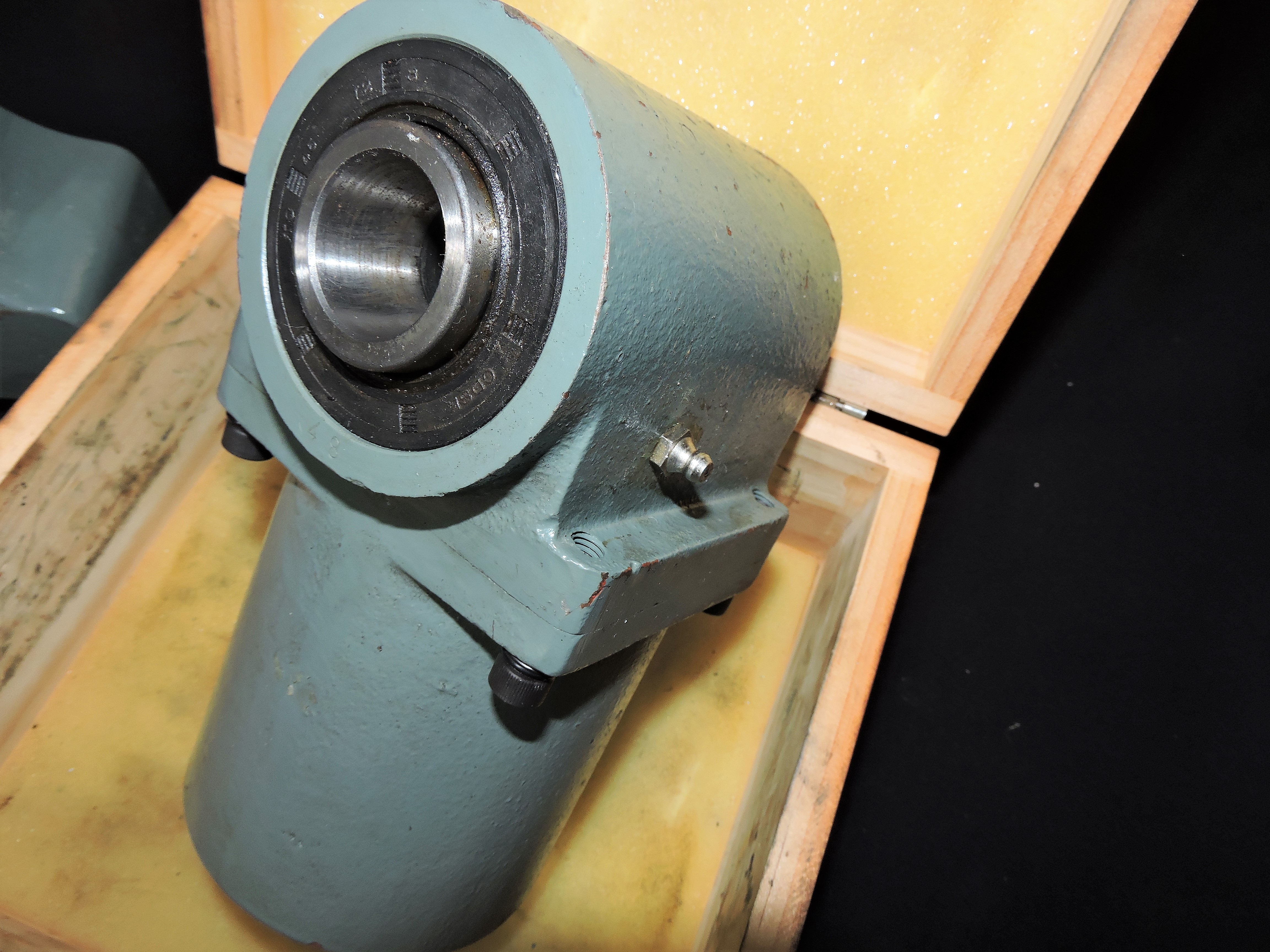 Lot 46G - RIGHT ANGLE ATTACHMENT FOR BRIDGEPORT (R-8)
