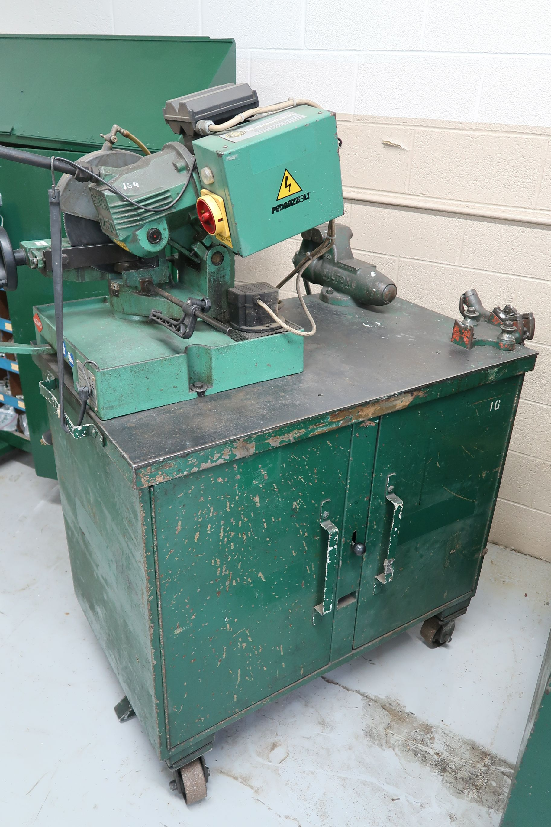 BROWN MODEL 250 TABLE MOUNTED SAW; S/N 029113, MOUNTED ON PORTABLE JOBBOX WITH 4-1/2 BENCH VISE - Image 6 of 6