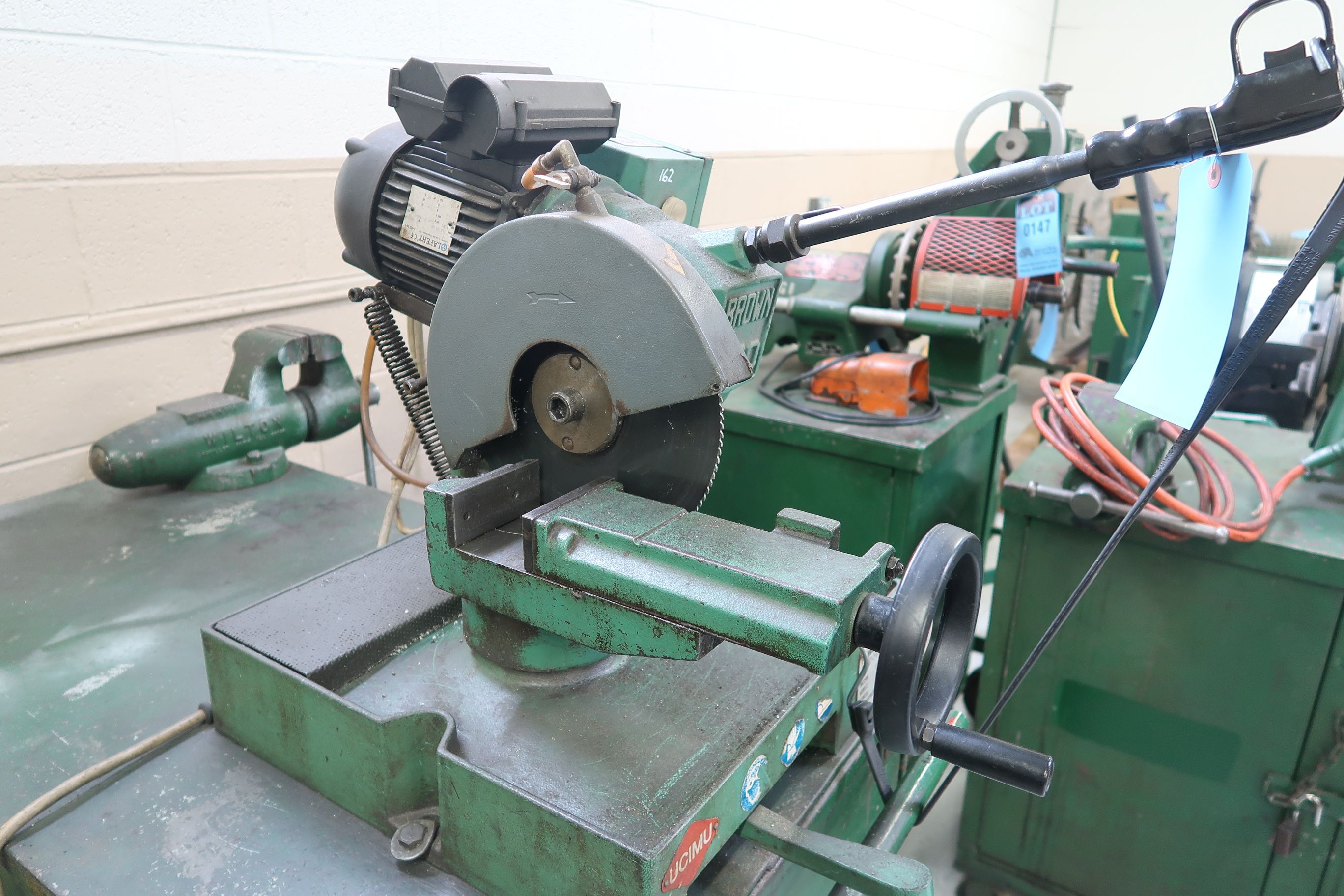 BROWN MODEL 250 TABLE MOUNTED SAW; S/N 034442, MOUNTED ON PORTABLE JOBBOX WITH 4-1/2 BENCH VISE - Image 3 of 5