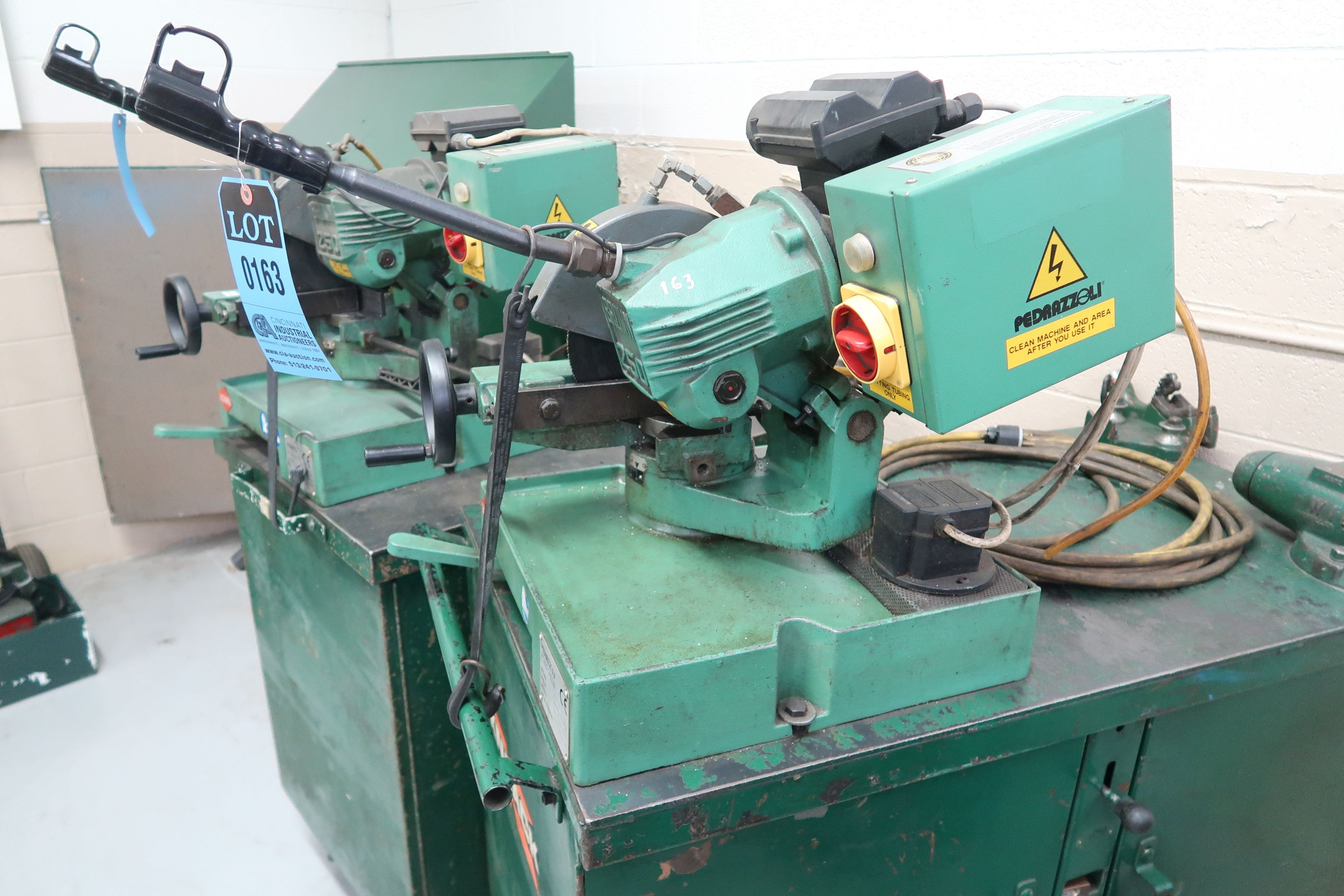 BROWN MODEL 250 TABLE MOUNTED SAW; S/N 034447, MOUNTED ON PORTABLE JOBBOX WITH 4-1/2 BENCH VISE - Image 2 of 5