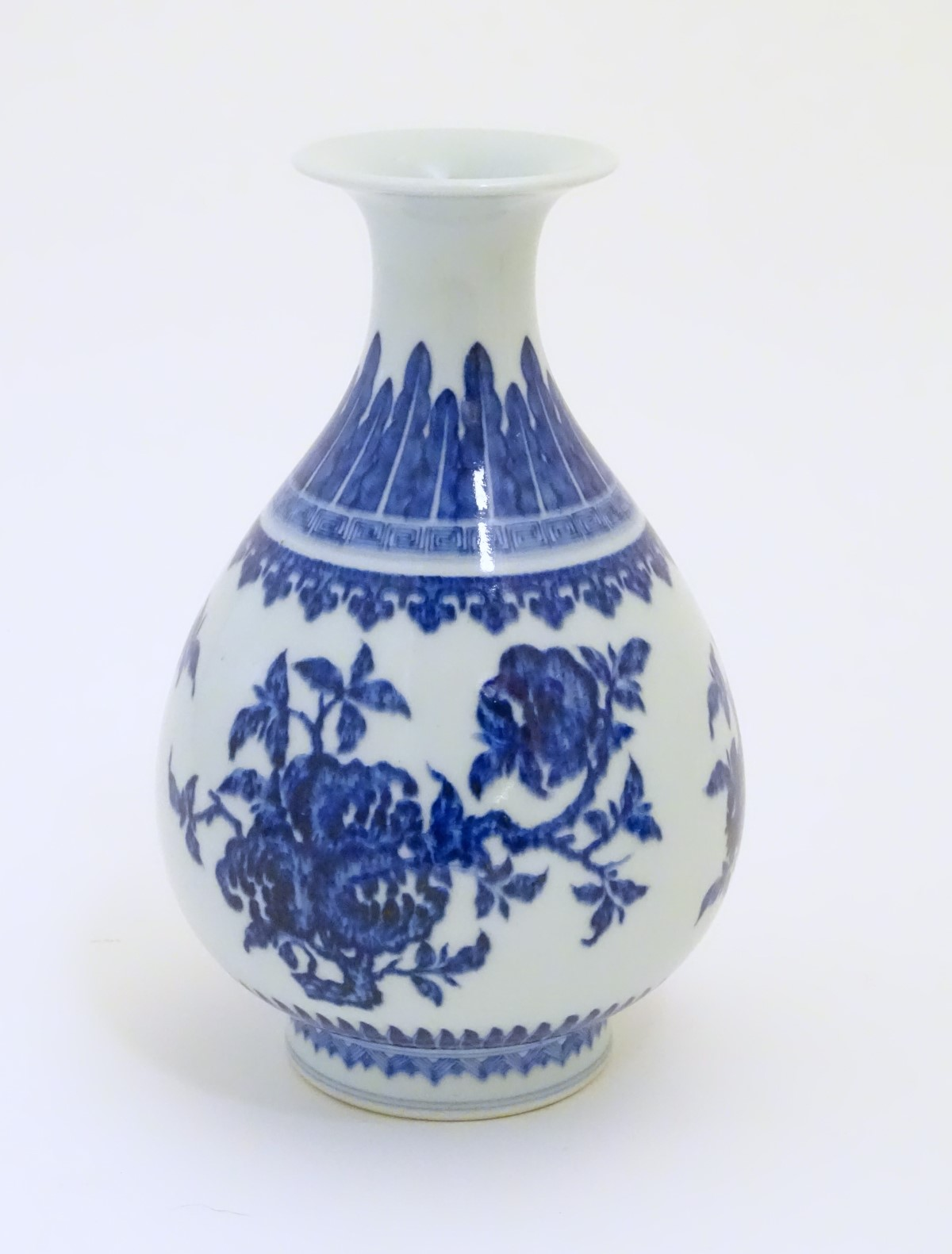 Lot 33 - A Chinese blue and white pear shaped / yuhuchunping vase with a flared rim,