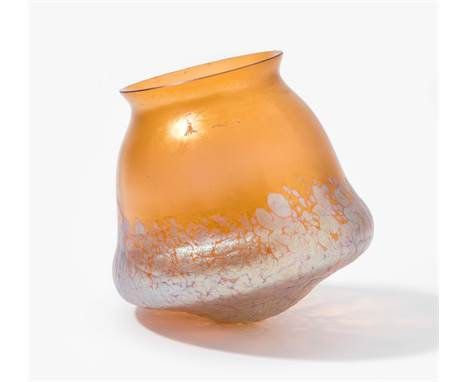 """Lampenschirm """"Phänomen Gre 85/3832"""". Klostermühle, um 1900. Entwurf: Kolo Moser. Orangefarbenes Glas mit silbergelben Krösele"""