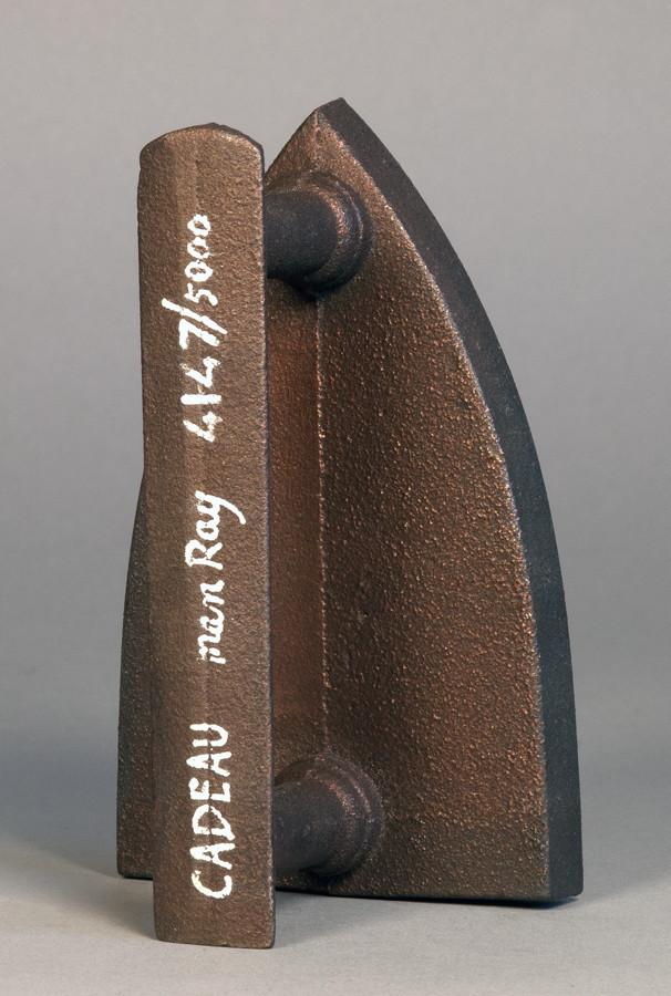 Man Ray. Cadeau. Multiple (Eisen). 1921/1974. 16,5 : 10,5 : 8,5 cm. Exemplar 4147/5000. – Multiple - Image 2 of 2