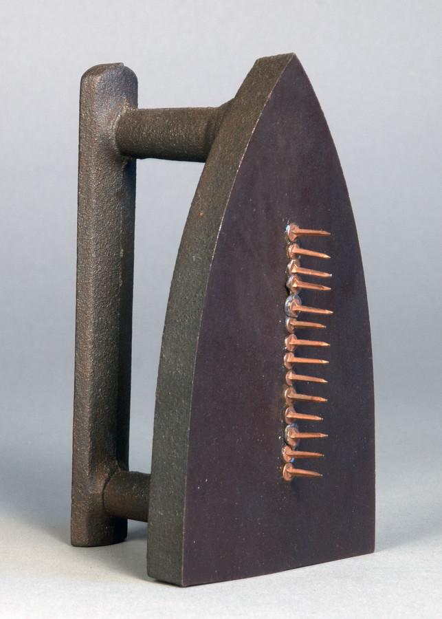 Man Ray. Cadeau. Multiple (Eisen). 1921/1974. 16,5 : 10,5 : 8,5 cm. Exemplar 4147/5000. – Multiple