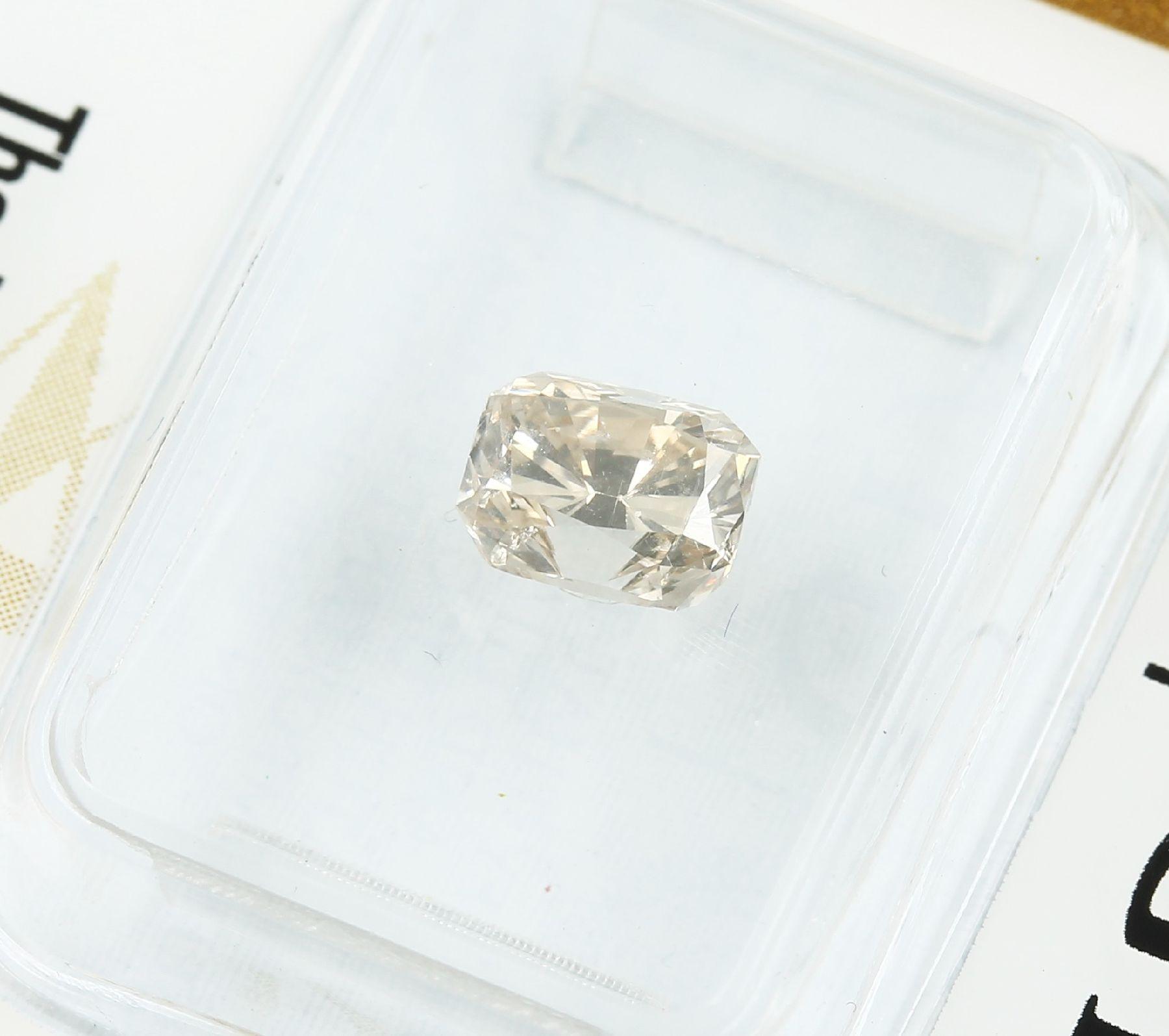 Loser Diamant, 0.91 ct Natural fancy light yellow-brown, rechteckig facett., 5.99 x 4.72 x 3.95 - Bild 3 aus 3