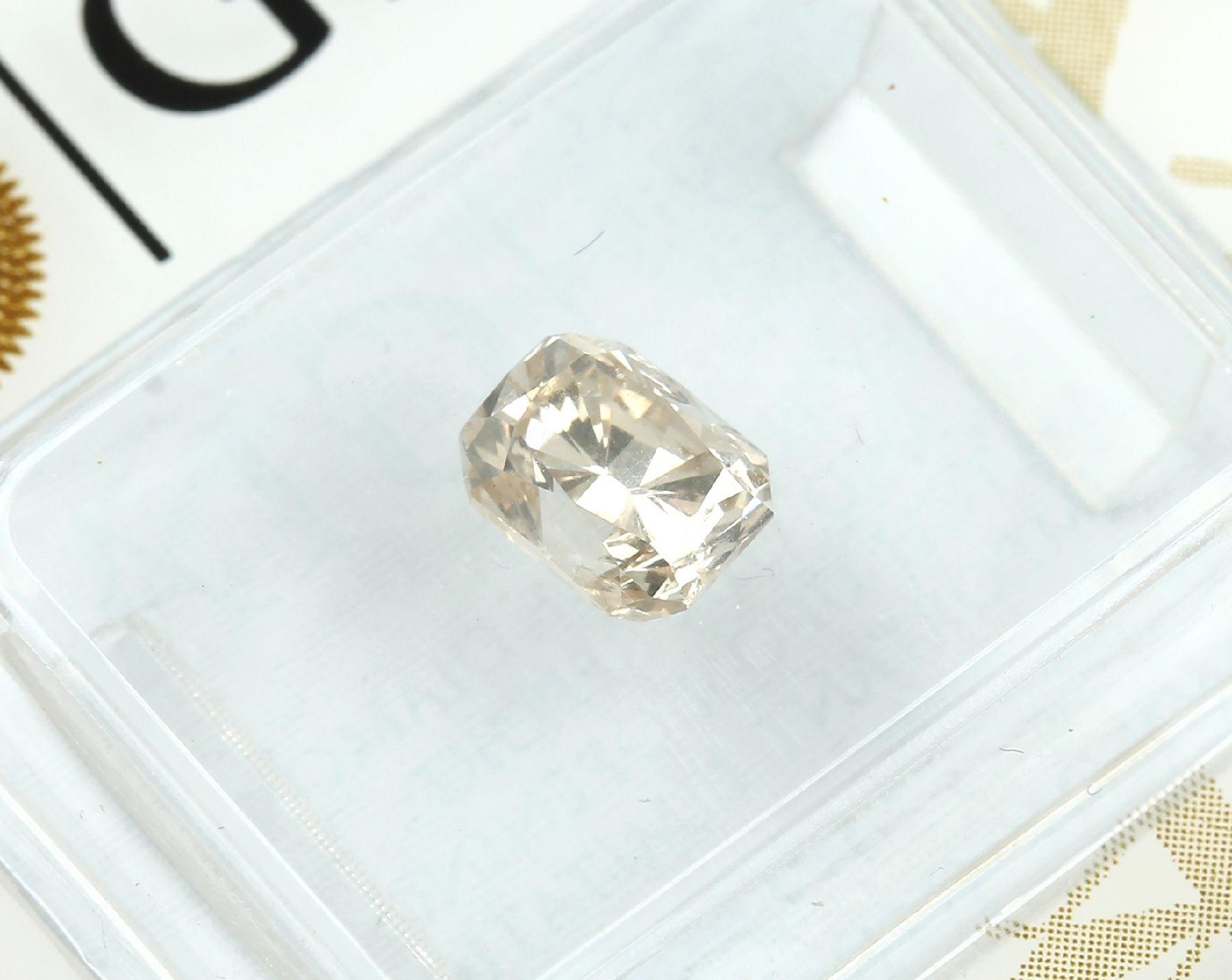 Loser Diamant, 0.91 ct Natural fancy light yellow-brown, rechteckig facett., 5.99 x 4.72 x 3.95 - Bild 2 aus 3