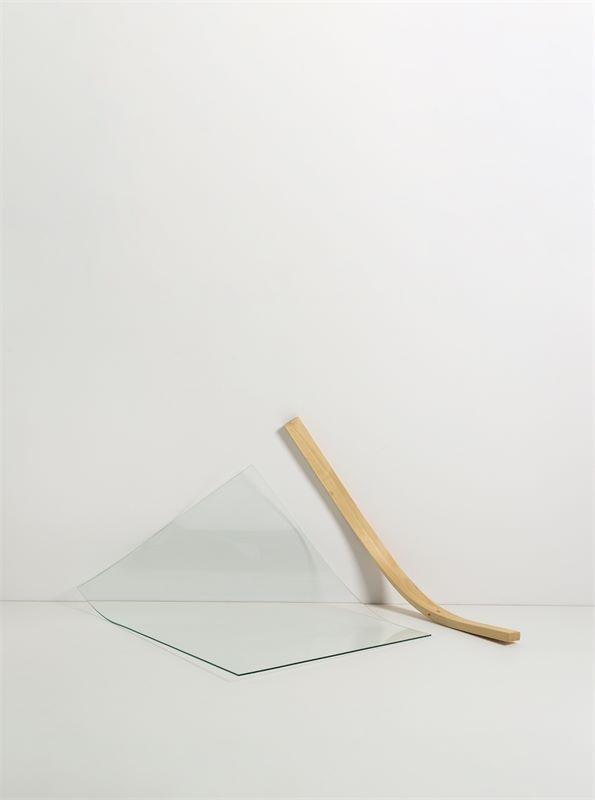 """Los 723 - Alicja Kwade (Kattowitz 1979 – lebt in Berlin)""""Ungeklärter Zustand"""". 2010Glas und Holz. 100×"""