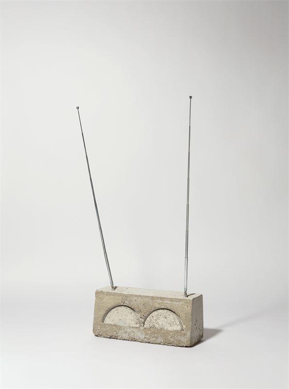 "Isa Genzken (Bad Oldesloe 1948 – lebt in Berlin)""Weltempfänger"". Betonskulptur mit zwei Antennen. 60"
