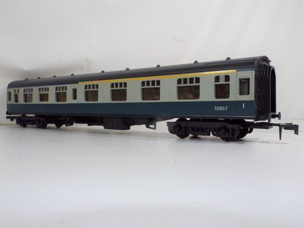 Lot 39 - Model Railways - a collection of Lima O gauge comprising a mk1 first class coach in original box