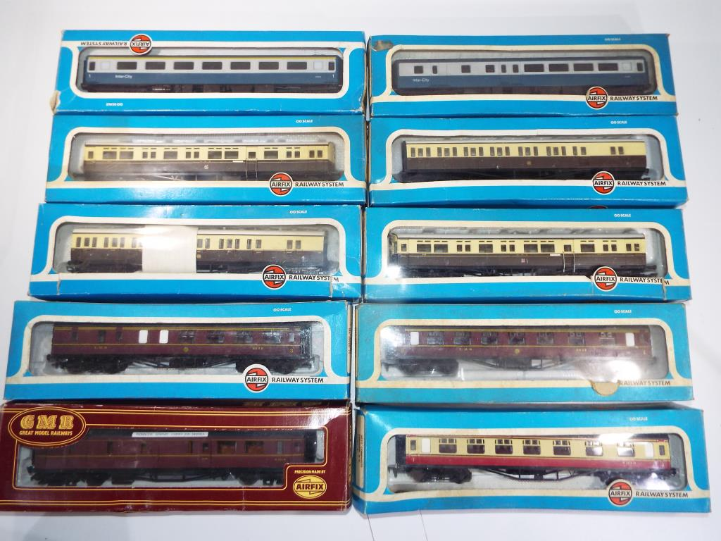 Lot 33 - A collection of ten boxed Airfix OO gauge coaches, in original boxes ,