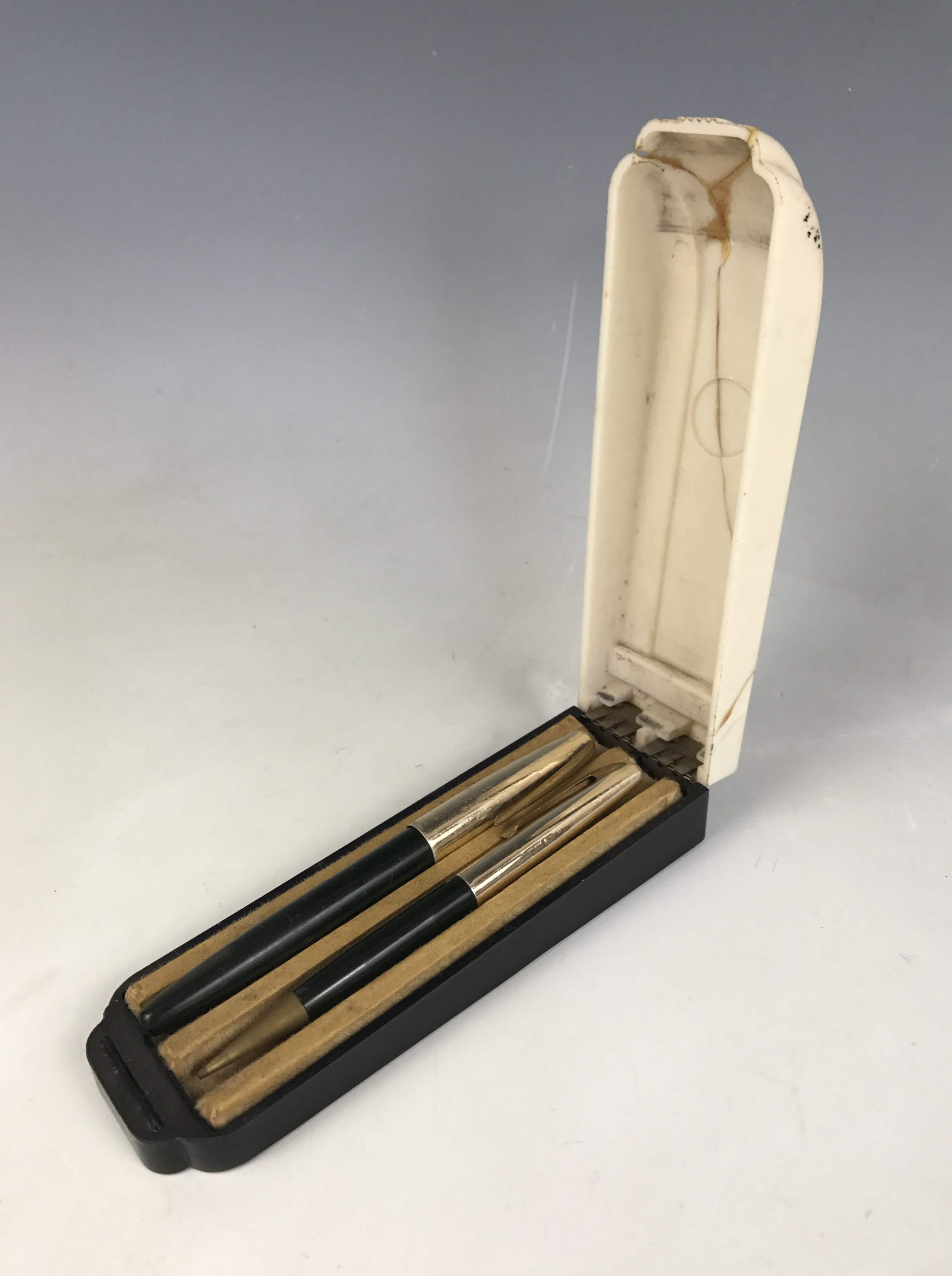 Lot 2 - A cased Wyvern 404 fountain pen and pencil set, in green
