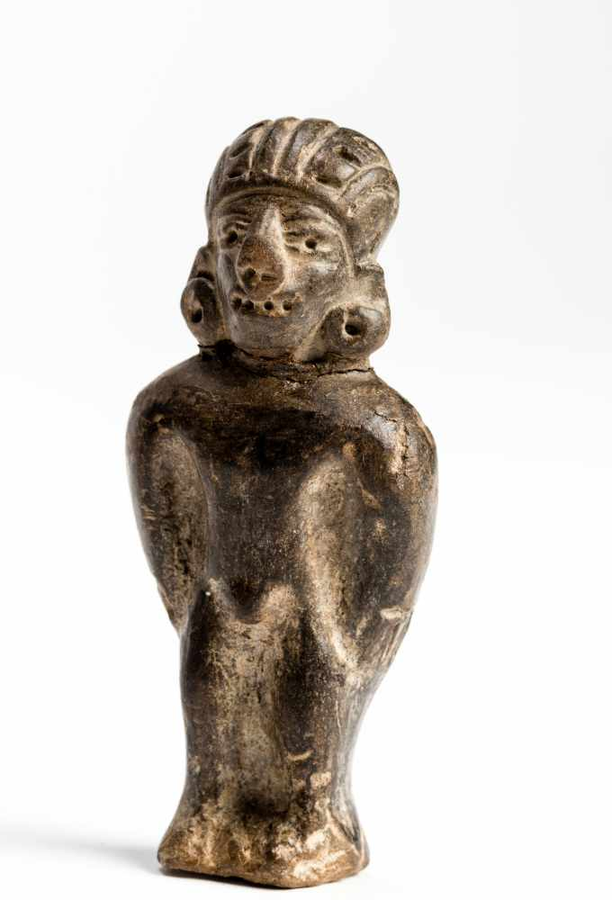 FIGURE OF A MANTerracotta Manteño culture, Ecuador, approx. 1000 Small, standing figure of a - Image 3 of 6
