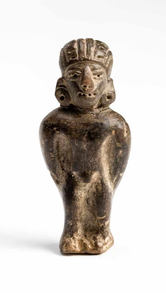 FIGURE OF A MANTerracotta Manteño culture, Ecuador, approx. 1000 Small, standing figure of a