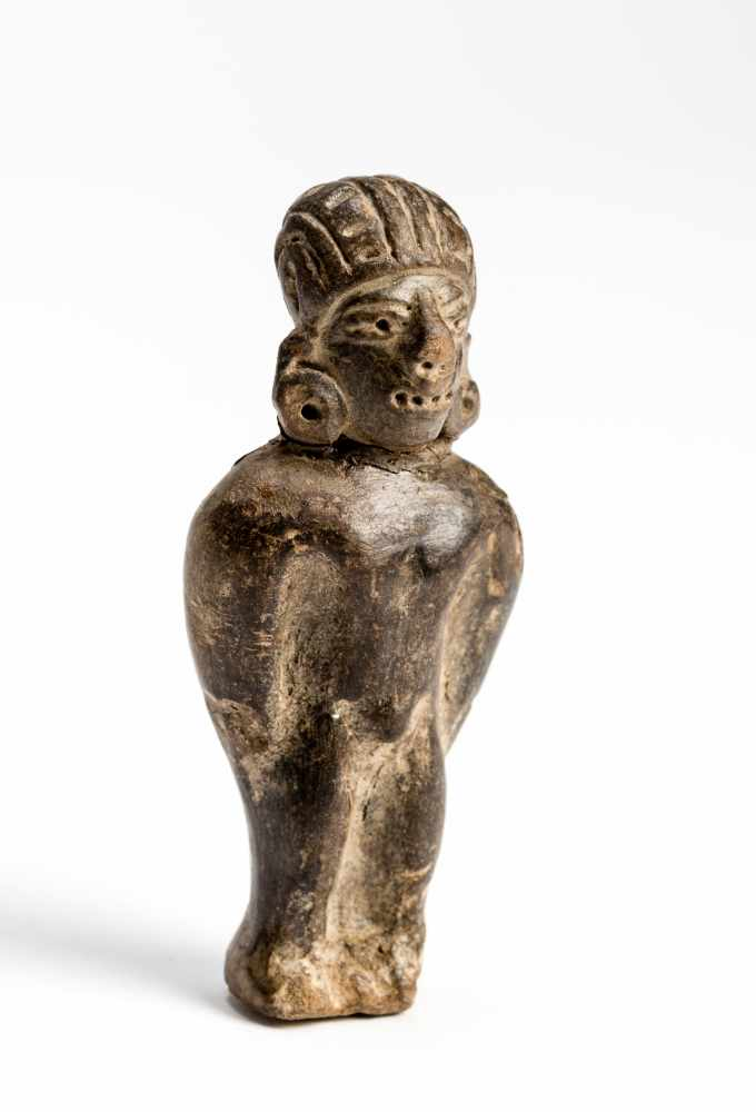 FIGURE OF A MANTerracotta Manteño culture, Ecuador, approx. 1000 Small, standing figure of a - Image 2 of 6