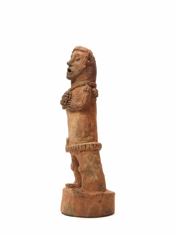 TL-TESTED STANDING FIGURE ON PEDESTAL - MAYA CIVILIZATION, GUATEMALA, C. 13TH CENTURYRed clayMaya - Image 3 of 5