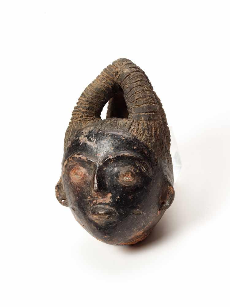 MEMORIAL HEAD – ASHANTI/ AKAN, GHANA, 18th – 19th CENTURY Terracotta with black glaze Ashanti/ Akan, - Image 3 of 5