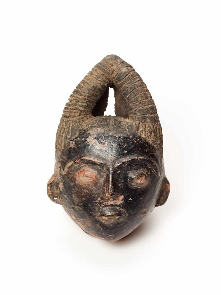 MEMORIAL HEAD – ASHANTI/ AKAN, GHANA, 18th – 19th CENTURY Terracotta with black glaze Ashanti/ Akan, - Image 2 of 5