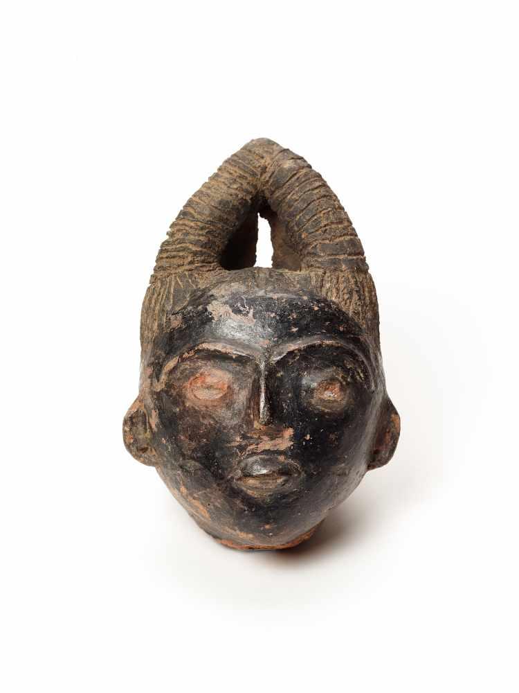 MEMORIAL HEAD – ASHANTI/ AKAN, GHANA, 18th – 19th CENTURY Terracotta with black glaze Ashanti/ Akan,